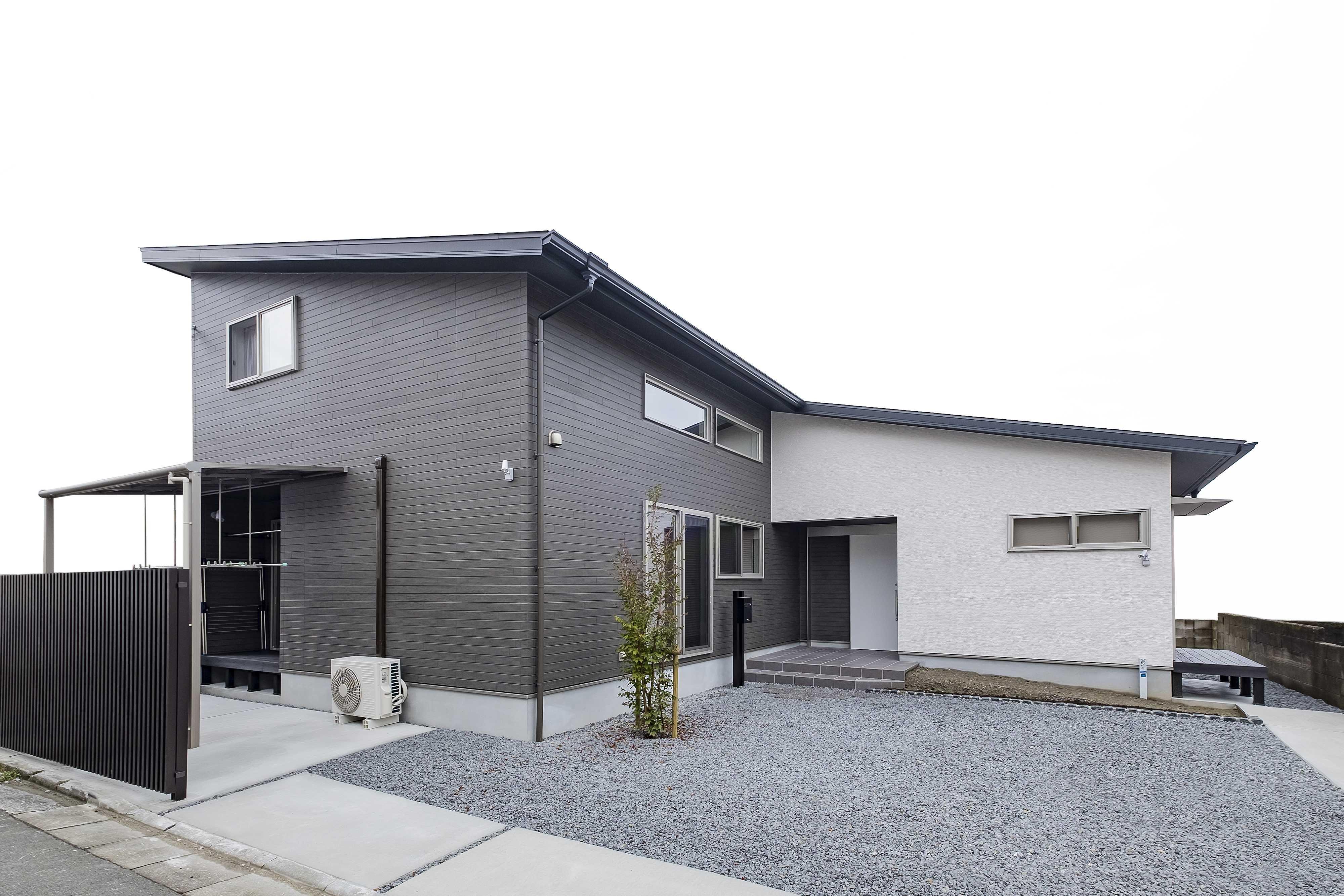 大きな片流れの屋根が広がる水平を強調した印象的な外観